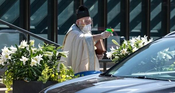Covid-19 : un prêtre américain bénit ses fidèles à l'aide d'un pistolet à eau