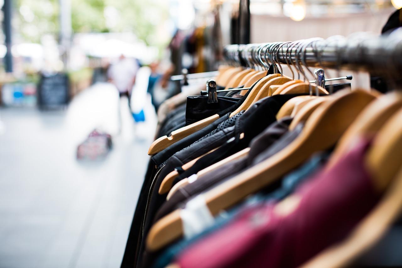 Symbolbild Kleiderstange, © Pexels - Pixabay